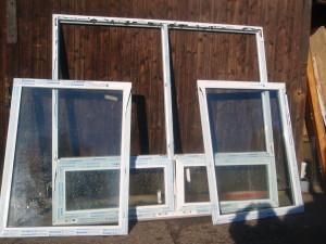 Okna plastová různých velikostí, nové i starší.